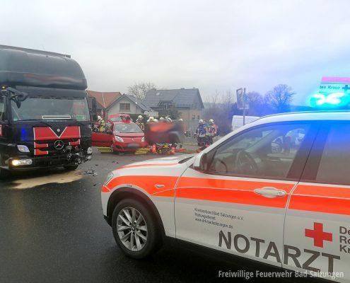 Verkehrsunfall Fahrzeug prallt gegen Lkw - Person eingeklemmt!